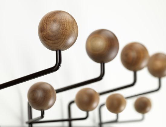 Die Ursprüngliche Farbkomposition Von Hang It All Stammt Von Ray Eames. Zur  Feier Ihres 100. Geburtstages Im Dezember 2012 Entwickelten Vitra Und Das  Eames ...