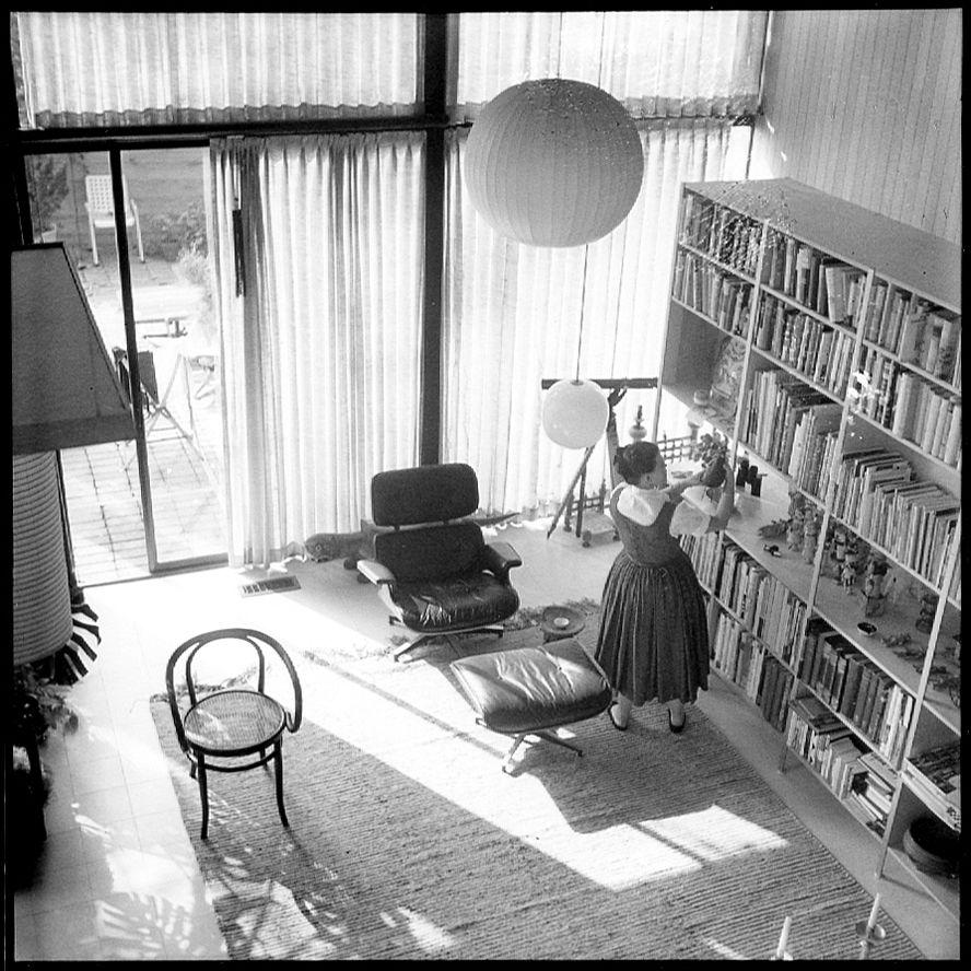 Im Eames House Wurde Der Lounge Chair Kaum Einmal Aus Dem Wohnzimmer Bewegt  Und Erscheint Auf Fotos Normalerweise Immer Am Selben Platz U2013 Mit Oder Ohne  ...