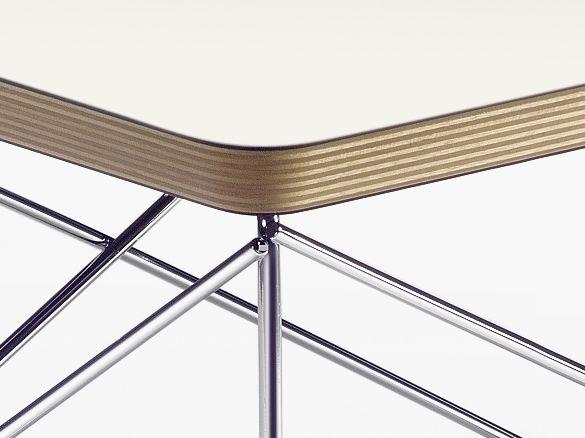 ... Oder Zu Mehreren Gruppiert U2013 Mit Gegenständen Aus Der Eames Sammlung  Dekoriert Sind Oder Einfach Als Praktische Ablage Neben Sessel Und Sofa  Dienen.