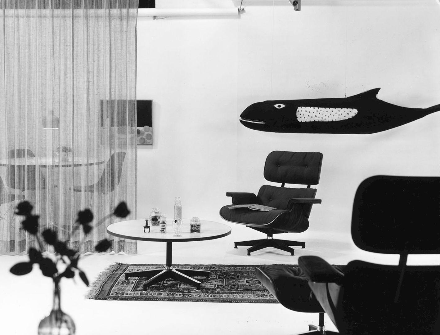 Während Des Gleichen Fotoshootings Machte Charles Eames Auch Eine Aufnahme  Von Der Schauspielerin Amanda Dunne, Die Sich In Einem Stoffbezogenen  Lounge ...