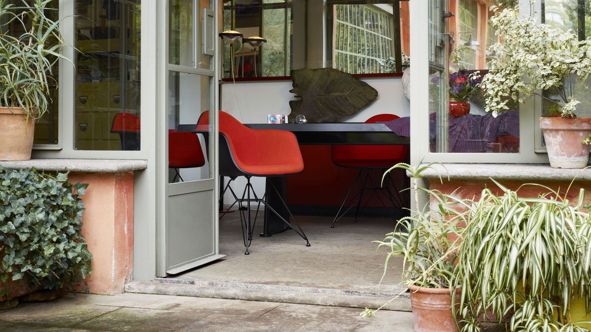 Eames Plastic Chair DAR_Trapeze_web_inspiration
