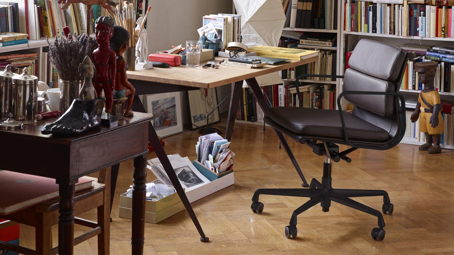 Soft Pad Chair EA 217, Compas Direction, Akari UF4-L8_P - black variant_web_16-9