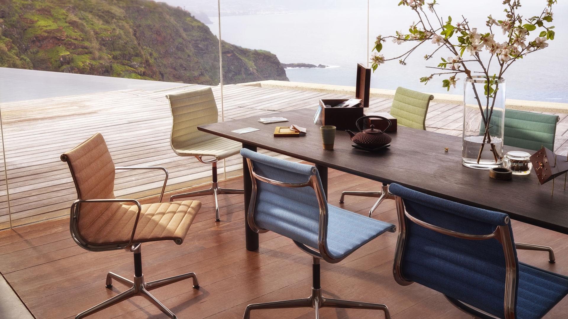 Aluminium Chair EA 101 -104_hopsak_79_83_84_85_87_88_Wood Table_web_inspiration