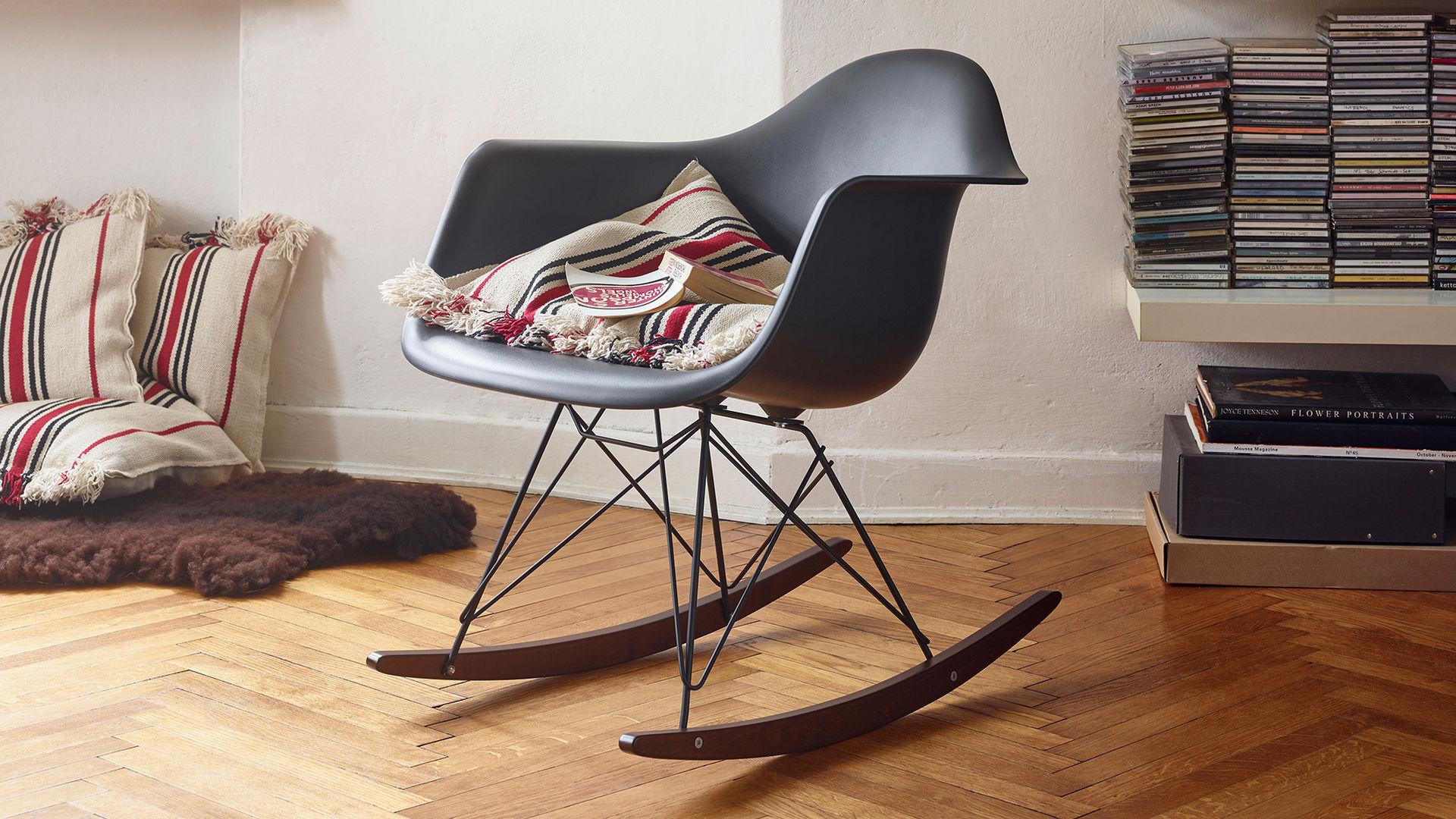 Eames Rar Schommelstoel Zwart.Vitra Eames Plastic Armchair Rar